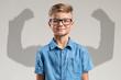 canvas print picture - Kind vor Schatten mit muskulösen Armen
