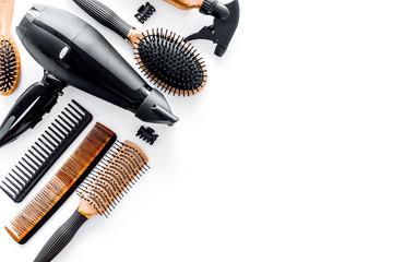 Češljevi i frizerski alati u kozmetičkom salonu na bijeloj pozadini copyspace s pogledom na vrh