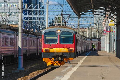 Plakat Pociąg elektryczny na stacji kolejowej.