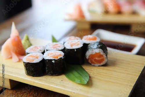 Foto  Salmon maki sushi on wood background , Japanese food