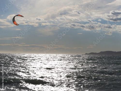 Kitesurf au couché du soleil