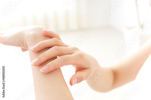 Obraz woman hand care - fototapety do salonu