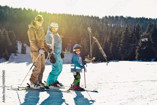 Fotobehang Wintersporten Skiing family