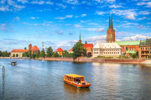 obraz dibond WROCLAW, POLAND - AUGUST 14, 2017: Wroclaw Old Town. Cathedral Island (Ostrow Tumski) is the oldest part of the city. Odra River, boats and historic buildings on a summer day.