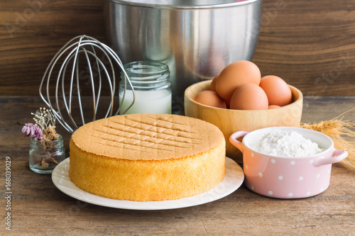 Photo Homemade sponge cake on white plate