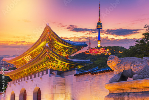 Autocollant pour porte Seoul Landmark of Korea with covered Gyeongbokgung n Seoul Tower , South korea
