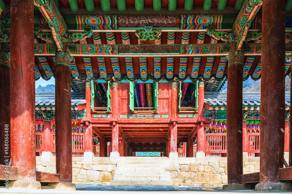 Fototapeta The main gate of the Korean buddhist temple which was painted colorful