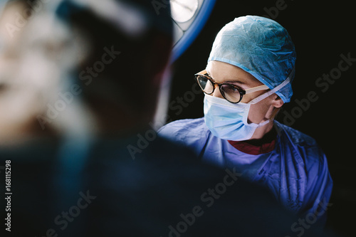 Stampa su Tela Female surgeon with team performing surgery