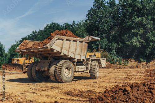 Plakat Duża przemysłowa ciężarówka w kamieniołomie przy pracą