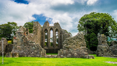 Montage in der Fensternische Ruinen Inch Abbey in Northern Ireland. Monastery ruins in Downpatrick. Co. Down. Travel by car in summer.