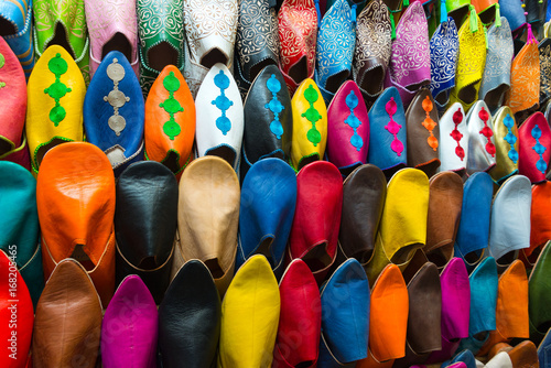 Poster Maroc assorted shoes at market stall in morocco