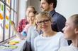 canvas print picture - lächelnde frau arbeitet im team in einem workshop