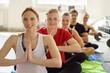 männer und frauen im yoga-kurs