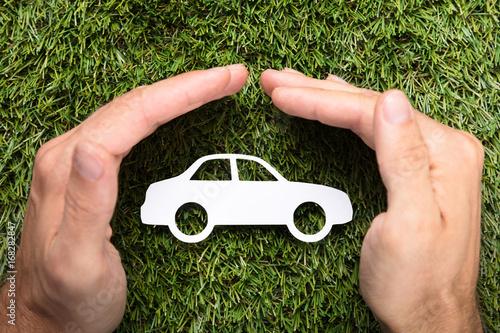 Zdjęcie XXL Biznesmen ręki Zakrywa Papierowego samochód Na trawie