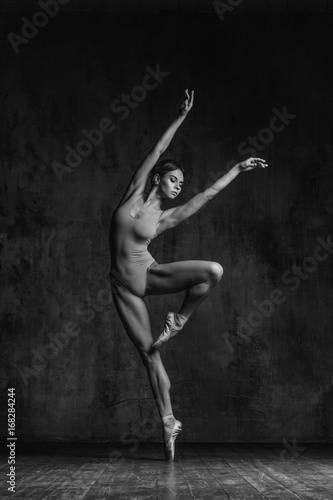Photo Young beautiful dancer is posing in studio