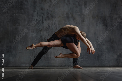 Stampa su Tela Couple of ballet dancers posing in studio