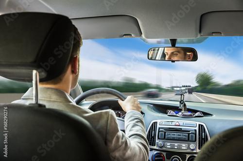 Zdjęcie XXL Młody człowiek jazdy samochodem