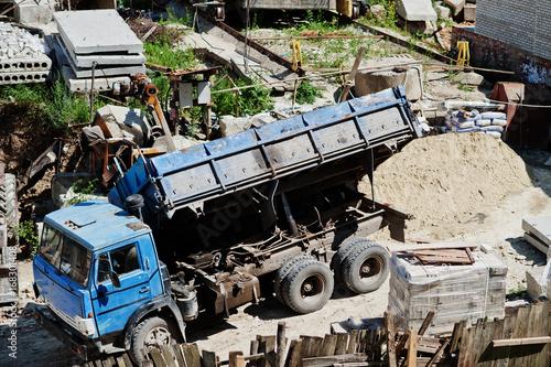 Plakat Ogromna ciężarówka stojąca obok prac budowlanych.