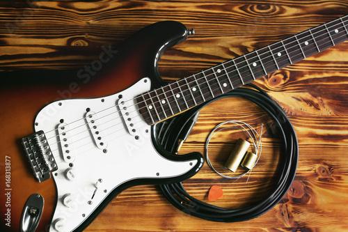 gitara-elektryczna-i-akcesoria-na-drewnianym-stole