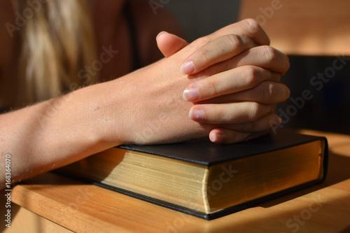 Foto Gebetshände auf einer Bibel