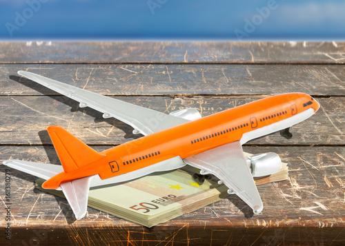 Photo avion et liasse de billets sur table, concept coût du transport aérien