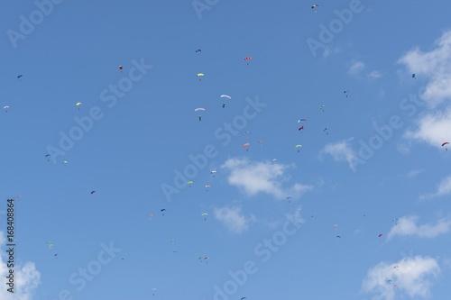 In de dag Luchtsport Russia, Kolomna, Aerograd, Many Landing skydiver.