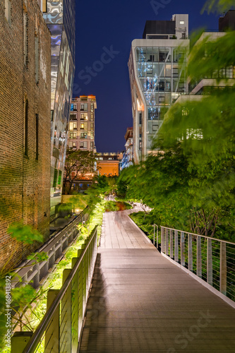 Photo  The High Line promenade at night in the heart of Chelsea
