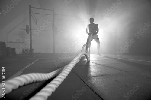 Zdjęcie XXL Sylwetka człowieka pracy z liny bitwy