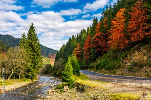 niewielka-rzeka-blisko-drogi-jesienna-pora