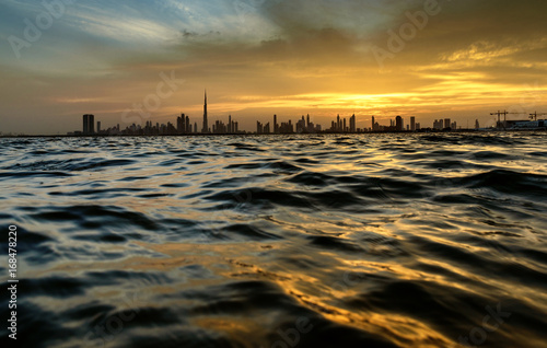 Photo  Dubai skyline view from the creek