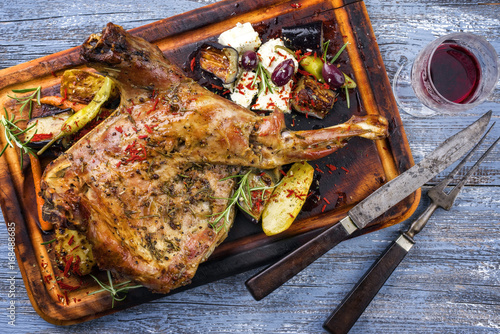 Foto Barbecue Lamb Shoulder with Vegetables and Feta as top view on cutting board