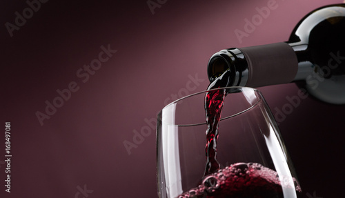 Foto auf Gartenposter Wein Pouring red wine into a wineglass