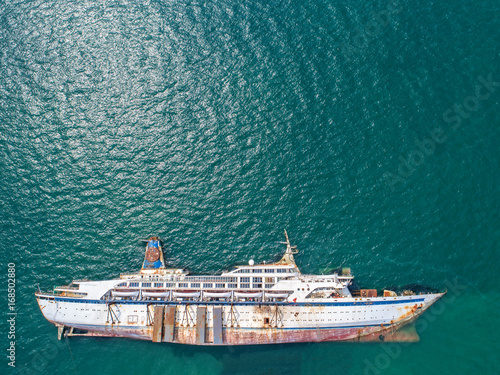 Photo Stands Shipwreck Boat crashes in the sea, cruise ship ,accident ,Shipwreck ,top view ,aerial view