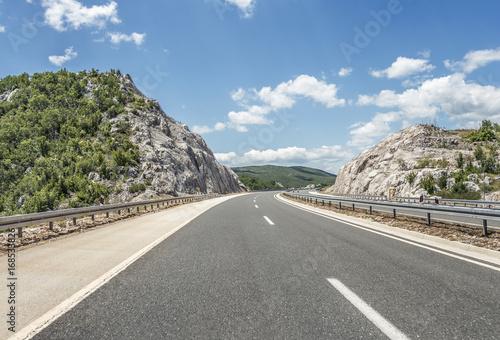 Zdjęcie XXL Autostrada poza miastem cofa się do wyżyn.