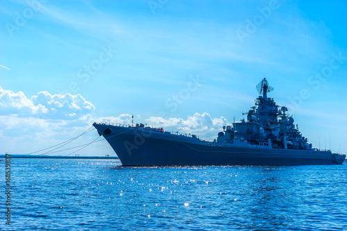 Obraz na dibondzie (fotoboard) Okręt wojenny. Krążownik wojskowy. Rakieta krążownik.