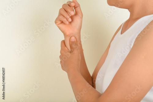 Fototapeta wrist pain older women obraz na płótnie