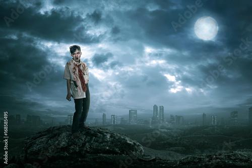 Plakat Spooky asian zombie człowiek z krwi w stojącej ciałce