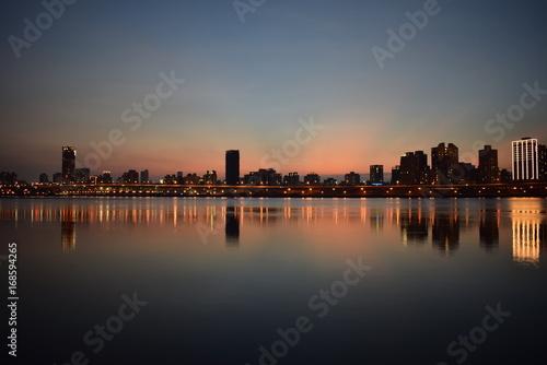 In de dag Stad aan het water Anoitecer em uma cidade veira de rio