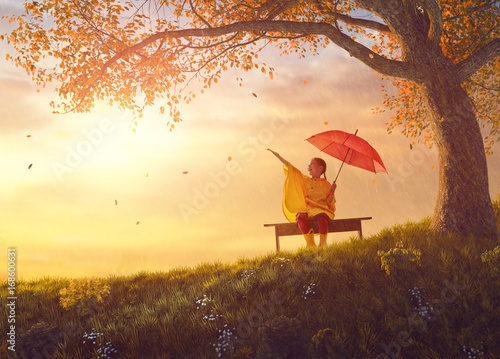 Obraz child with red umbrella - fototapety do salonu