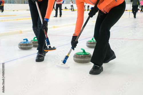 Team members play in curling at championship Fototapete