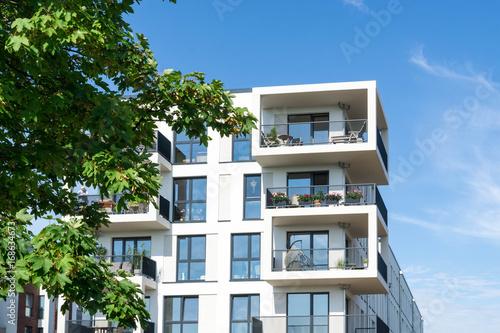 Valokuva  Moderne Wohnhäuser in der Stadt am Park