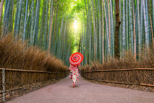 Foto op Aluminium Kyoto Woman in traditional Yukata with red umbrella at bamboo forest of Arashiyama