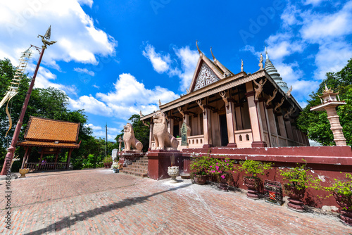 Foto auf AluDibond Bahnhof Wat Phnom is a Buddhist temple located in Phnom Penh, Cambodia. It is the tallest religious structure in the city.
