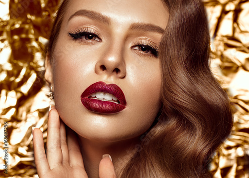 Photo  beautiful girl in Hollywood image with wave and classic makeup
