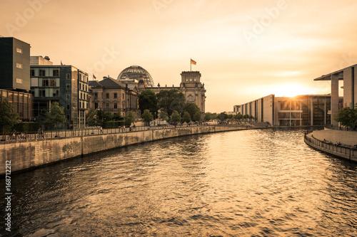 Reichstag im Regierungsviertel in Berlin im Sonnenuntergang Poster