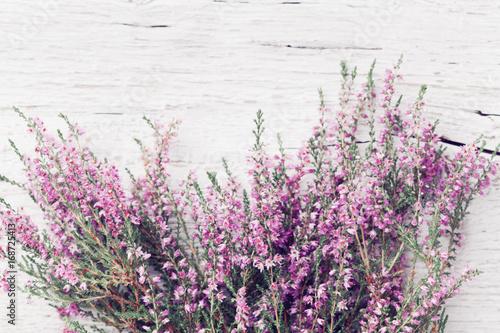 wiazka-wrzosu-kwiat-na-podlawym-drewnianym-stolowym-odgornym
