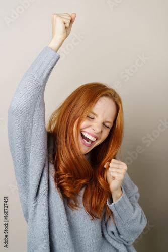 Photo lachende frau ballt begeistert die fäuste