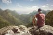 canvas print picture - Junger Mann hat weiten Blick auf tropische Landschaft