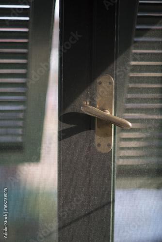 Deurstickers Liguria Geöffnetes Fenster mit Moskitonetz in einem Ferienhaus in Ligurien