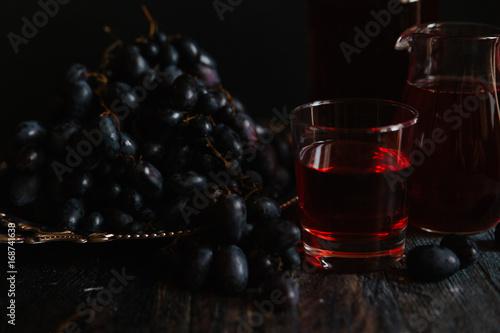 czerwone-wino-w-szkalnce-i-granatowe-winogrona-w-ciemnej-aranzacji